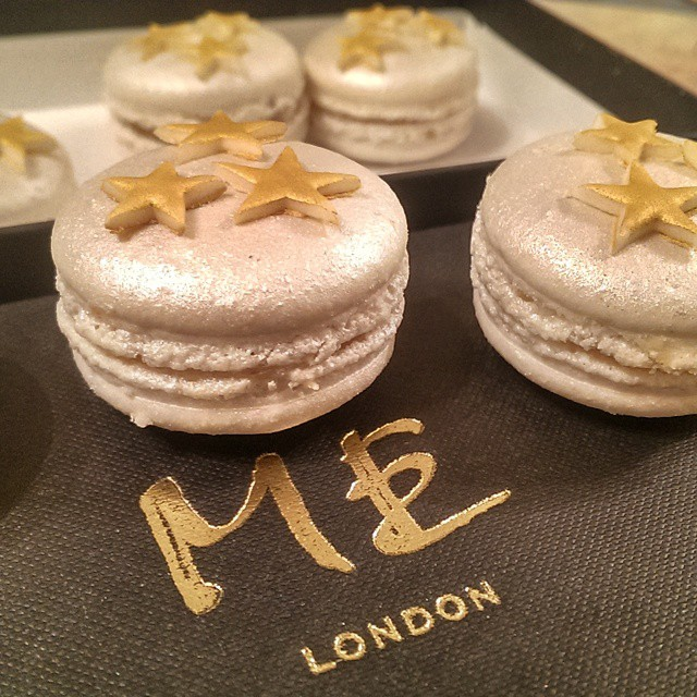 Stunning mince pie macarons by @sbarbercakes!